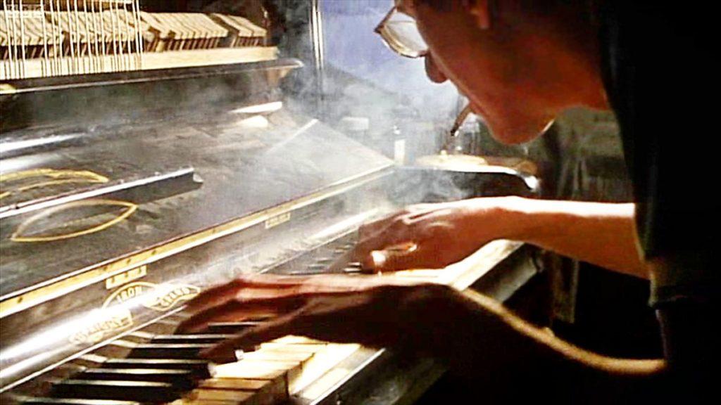 Geoffrey Rush as David Helfgott plays the piano